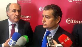 Antonio Sanz contesta a los periodistas, acompañado de Landaluce