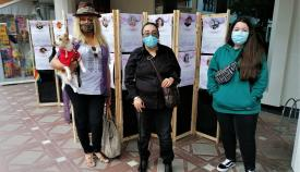 Las activistas LGTBI Javina, Ana María y Carmen tras el montaje. Foto Orgullo y Diversidad