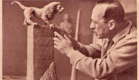El escultor Juan Cristóbal Quesada realizando el boceto del Monumento a Gibraltar. Archivo del diario ABC