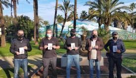 El libro de Alfredo Valencia, segundo por la izquierda, se entregó en el Parque Princesa Sofía