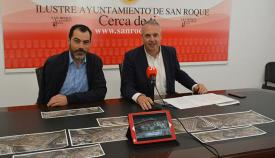 El alcalde de San Roque, Juan Carlos Ruiz Boix, y el concejal de Deportes, Antonio Navas