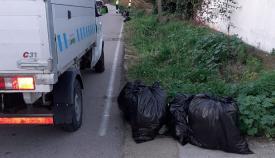 Un vehículo municipal durante las tareas de limpieza. Foto: lalínea.es