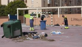 Operarios municipales en un colegio de La Línea. Foto: lalínea.es