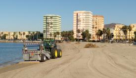 Un vehículo municipal en la Playa de Poniente de La Línea