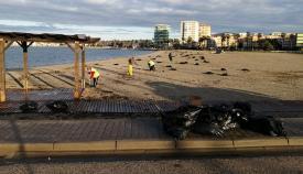 Tareas de limpieza en una de las playas urbanas de La Línea. Foto: lalínea.es