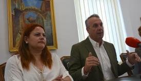 El alcalde de San Roque, Juan Carlos Ruiz Boix, junto a Mónica Córdoba