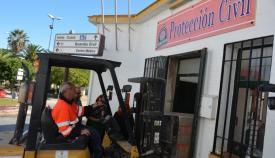 Operarios introduciendo los alimentos en Protección Civil San Roque