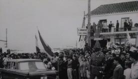 Llegada al cruce del Toril de los delegados sanroqueños en la ONU. Foto Archivo Municipal de San Roque)
