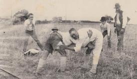 Práctica de lucha canaria en el propio campo. (Fondos gráficos de Fedac)