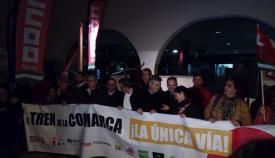 Representantes de los partidos políticos portaron la pancarta por el tren en la comarca