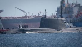 Maniobra del submarino nuclear HMS Artful para atracar en el puerto de Gibraltar. Foto Sergio Rodríguez