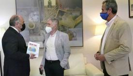 Manuel Poyatos presenta su nuevo libro al alcalde de Algeciras