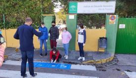 Alumnos del 'Mar de Poniente' a las puertas del centor. Foto: Facebook