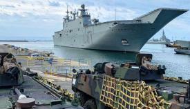 Vehículos blindados preparados para el embarque en el 'Juan Carlos I', esta mañana en Rota. Foto ARMADA