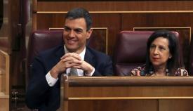 Pedro Sánchez junto a la ministra de Defensa, Margarita Robles