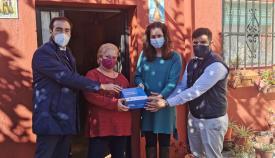 Mari Carmen recibió en su casa la visita de los delegados municipales y el representante de Caixabank. Foto Ayto. Algeciras