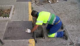 Emalgesa continúa con la limpieza de imbornales en Algeciras