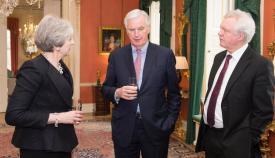 Theresa May, Michel Barnier y David Davis en su encuentro ayer en Londres