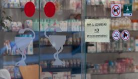 Mensaje alusivo a la epidemia en una farmacia. Foto Sergio Rodríguez.