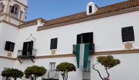 Bandera e himno en el Palacio de Gobernadores de San Roque