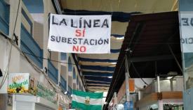 Una de las pancartas del interior del Mercado. Foto: lalínea.es