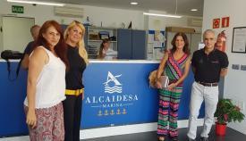 La concejal de Turismo, Mercedes Atanet, y responosables de Alcaidesa Marina