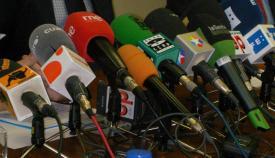 Micrófonos de medios de comunicación, preparados para una rueda de prensa