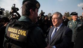 Juan Ignacio Zoido saludando a un agente de la Guardia Civil
