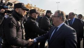 El ministro Zoido saluda a un agente de la Policía Nacional en La Línea