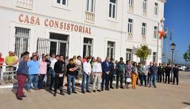 Minuto de silencio en memoria del guardia civil a las puertas del Ayuntamiento de San Roque