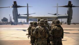 Marines destacados en Morón, abordando un MV22 Osprey. Foto US Marine Corps