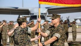 La coronel Mull recibe las insignias de su nueva unidad en la base de Morón. Foto US Marine Corps / Kenny Gómez