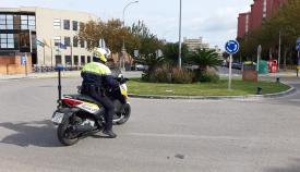 Un agente de la policía local en una motocicleta. Foto: lalínea.es