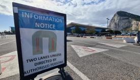 Las nuevas señales instaladas en el acceso a La verja. Foto RGP