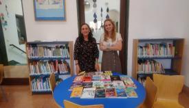 La concejal de Cultura y la responsable del Biblioteca