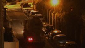 Un camión de obras atraviesa las calles de Gibraltar ayer por la noche