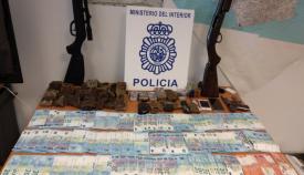 Además de los detenidos, la Policía incautó dinero, drogas y armas