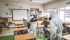 Efectivos de Infantería de Marina desinfectando hoy el CP San Bernardo de San Roque. Foto Armada/CG Flota