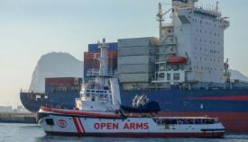 El Open Arms, con el peñón de Gibraltar al fondo