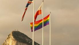 Gibraltar coloca varias banderas arcoiris. Foto GG