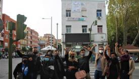 Los asistentes al acto con la pancarta colocada en el edificio. Foto: CCOO