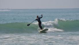 Un joven haciendo paddle sur en el litoral. Foto: NG