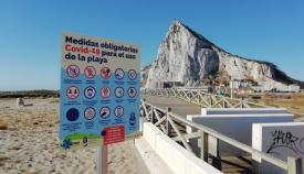 Una de las playas de La Línea con la cartelería sobre las medidas