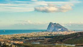 Vista panorámica de Gibraltar y La Línea en primer plano