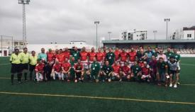 Foto de familia de los participantes en el partido de fútbol en San Roque