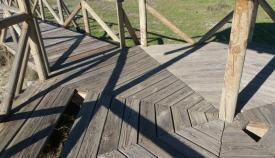 En algunas zonas la pasarela está visiblemente dañada
