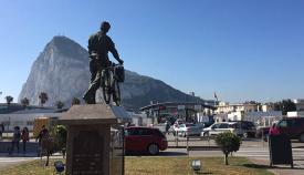 Paso de la Verja con Gibraltar y monumento al trabajador transfronterizo