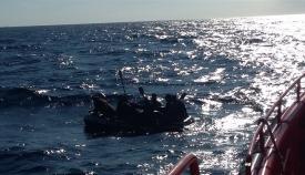 Una embarcación neumática cruzando el Estrecho
