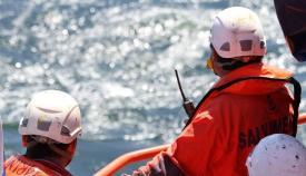 Dos efectivos de Salvamento Marítimo, en una actuación en aguas del Estrecho