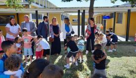 Autoridades y escolares, en el centro educativo durante la actividad de este lunes